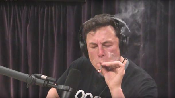 Илон Маск курит марихуану косяк